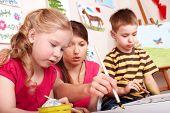 Постер, плакат: Дети живопись с учителем в игровой комнате