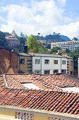 Tejados del casco antiguo de arquitectura de la Iglesia La Candelaria Bogota Colombia