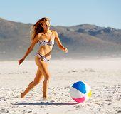 garota de Verão praia biquini com beachball rindo e se divertindo