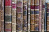 Uma pilha de velho resistido livros em uma prateleira