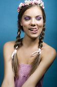 Retrato de una mujer sonriente de coqueteo Mostrar lengua