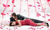 Постер, плакат: Привлекательные пара над падающие лепестки роз