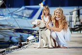 Familia feliz con perro en litera en verano