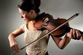 Постер, плакат: молодая женщина играет на скрипке