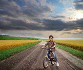 Постер, плакат: малыш верхом велосипед в сельской местности