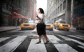 Постер, плакат: Толстая женщина пересекая город улица
