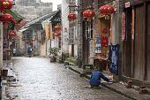 XINGPING, CHINA - el 20 de mayo: Una mañana tranquila antes de empezar las actividades animadas en este rústico mil