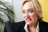 Ein Business-Mädchen wird sehr wütend auf das Telefon