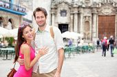 Turistas de Cuba en la Habana. Retrato de la feliz pareja durante el viaje en mujer asiática de la Habana, Cuba, caucásico