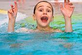 menina se diverte em The exterior piscina térmica