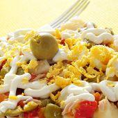 primer plano de un plato con ensalada rusa, sirvió como tapas en España