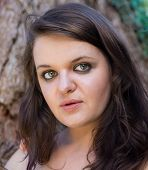 image of naturel  - Portrait of a beautiful young woman with brown hair - JPG