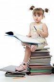 Retrato de una chica guapa con libros.