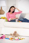 Mãe ocupada trabalhando no laptop