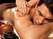 Mann mit Massage In der Spa-Salon