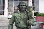 Guevara Statue With A Child