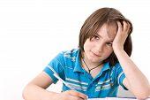 Menino fazendo sua lição de casa