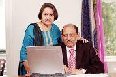 Casal de negócios indiano