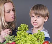 Mutter zu ihrem kleinen Sohn füttern haßt Tomaten Essen