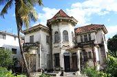 Viejo abandonado cerca de la casa en la Habana