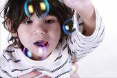 Постер, плакат: Малыш играет с пузыри