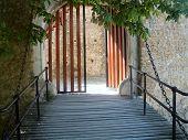 Puente y puerta