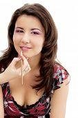 Retrato de mulher jovem bonita com esteticista aplicando o batom nos lábios