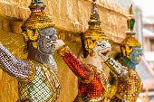 Stand gigante em torno de pagode em Wat Phra Kaew
