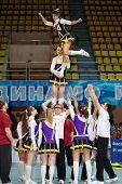 Moscú - 24 de MAR: Equipo de Cheerleaders realiza acrobacias en el campeonato y concursos de Moscú en cheerlea