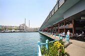 Istambul - 4 de julho: Nova Mesquita, ponte de Gálata e restaurantes, em 4 de julho de 2012, em Istambul, Turquia. T