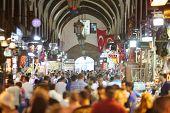 Istambul - 4 de julho: Turistas no bazar egípcio, em 4 de julho de 2012, em Istambul, Turquia. Turquia - Rússia