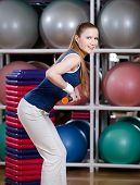 Frau in Sportkleidung klappt mit Gymnastik halten Sie sich Fit halten