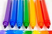 Siete rotuladores de arco iris