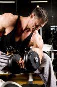 Bodybuilder trabalhando fora no ginásio