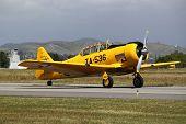 Avión de combate de amarillo T-6 Texan