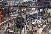 um monte de gente na estação em Nova Deli - Índia