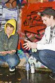 Постер, плакат: Двух мальчиков на открытом воздухе очистка их руки от краски
