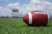 US-amerikanischer American-Football auf dem Feld und den Ständen im Hintergrund