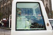 EDINBURGH, Schottland, UK - SEPTEMBER 16: Papst Benedict XVI. in seinem Papamobil fährt durch Prinzessin
