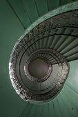 Grunge, escada em espiral verde