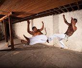 Dos artistas marciales en el aire