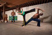 Baterista e artistas de capoeira