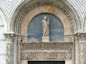 Pisa - portal sobre la entrada al baptisterio