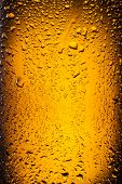 �?��?�¡lose shot of drops on a bottle beer.