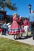 Senioren paar Square Tänze bei outdoor-event