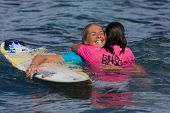MAUI, HAWAII - 18. Dezember 2008: Profi-Surfer Stephanie Gilmore umarmt Layne Beachley afte