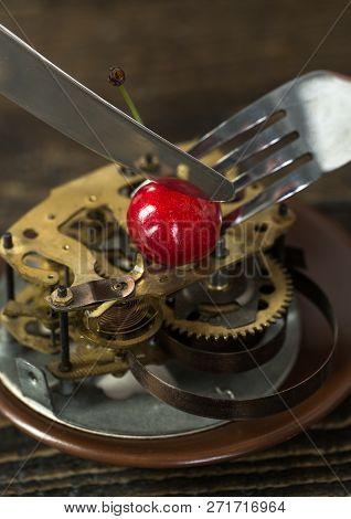 Clock Mechanism On Plate Lose