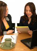 Mulheres de negócios, trabalhando em conjunto