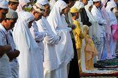 Yakarta, INDONESIA - el 20 de septiembre: Los musulmanes orar fuera de una mezquita en Yakarta en Hari Raya, el final o
