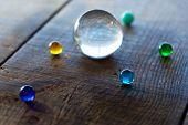 Grandes y pequeñas esferas de mármol o de vidrio en un escritorio antiguo, que se asemeja a una formación planetaria.